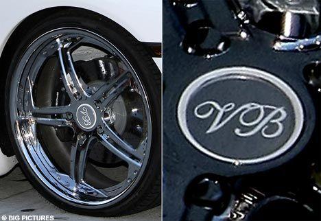 Victoria Beckham görgüsüzlüğün sınırlarını zorlayarak otomobilinin cantlarına isminin baş harflerini yazdırdı!